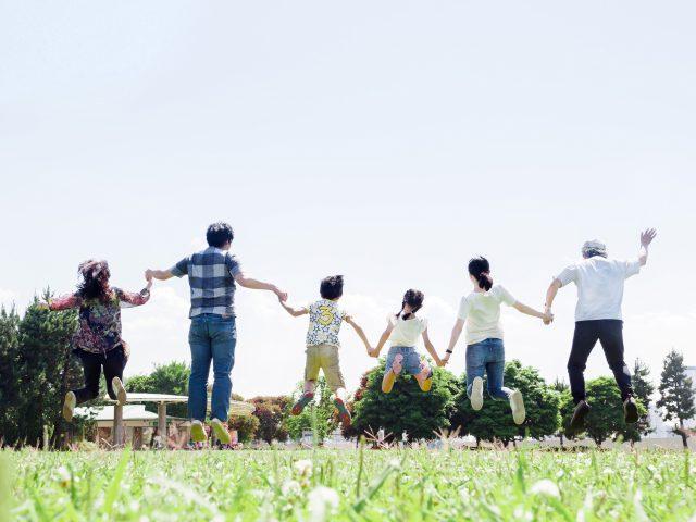 幸せに暮らす家族