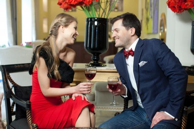 ワインを片手に楽しく話すカップル