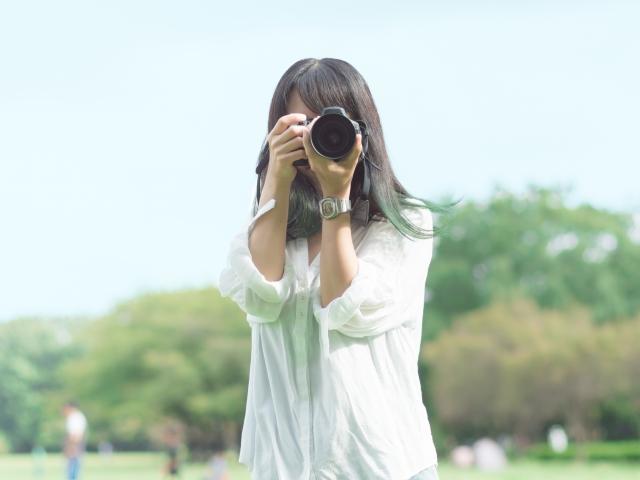 マッチングアプリの写真を撮る女性