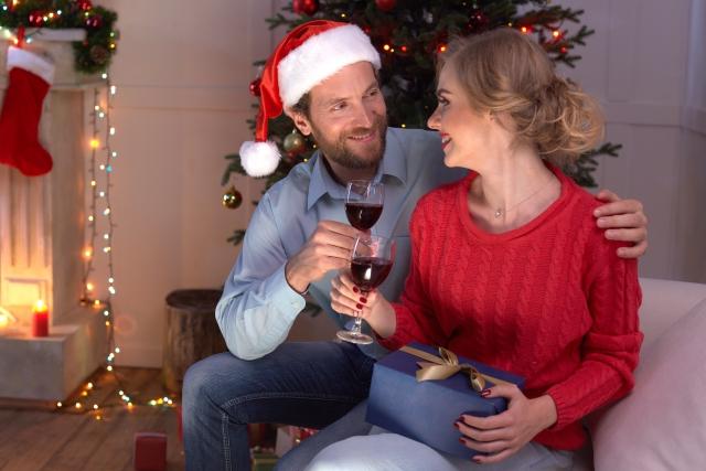 クリスマスを楽しむ男女