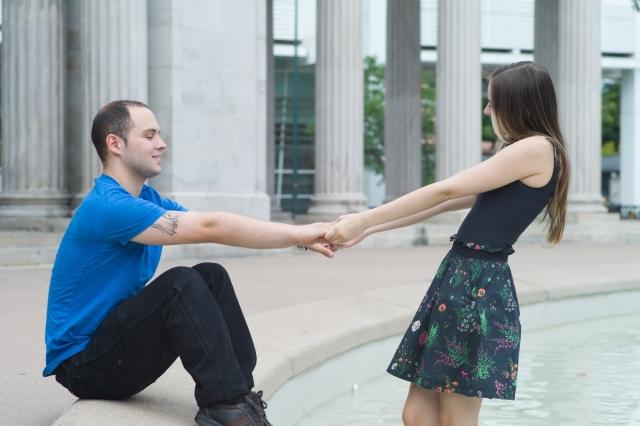 女性から手を繋ぐ