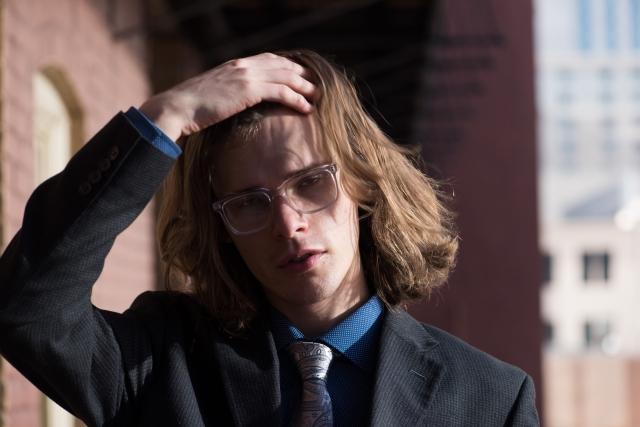 髪の毛が伸びきっている男性