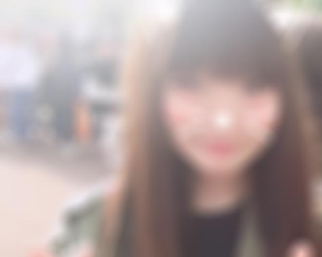 スマホアプリで写真を修正している女性
