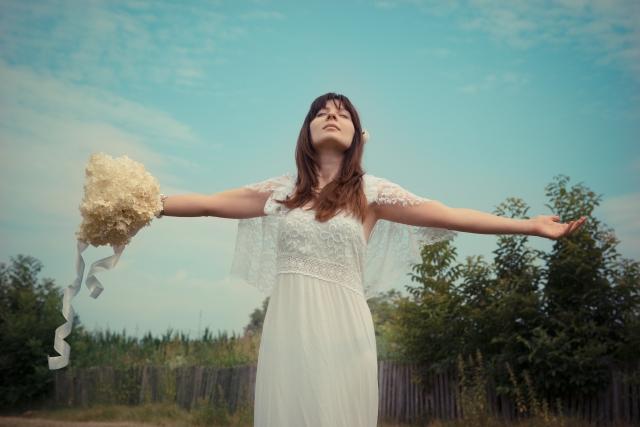 結婚のデメリットに打ち勝とうとする女性