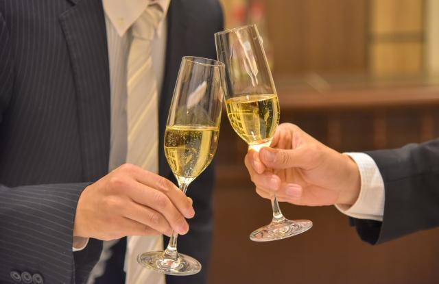 婚活パーティーに参加するイケメン