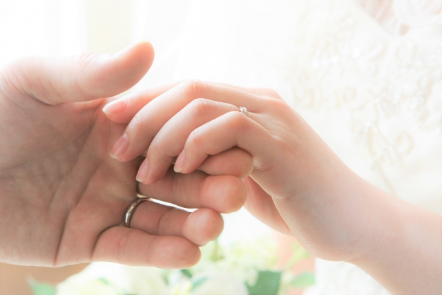 迷いのある結婚をして後悔する男女