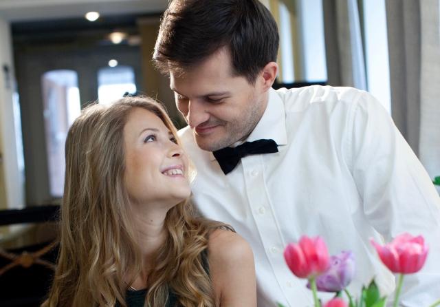 結婚前の女性に貯金を求める男性