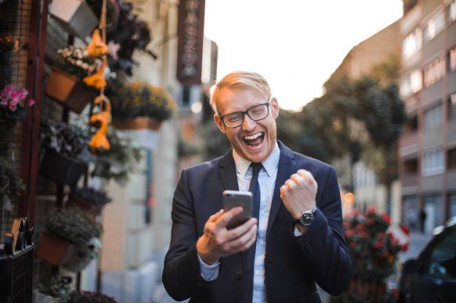 婚活アプリを一部無料で使う男性