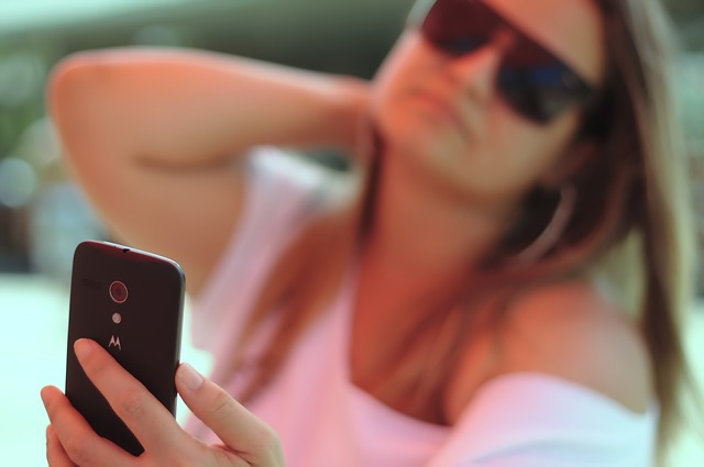 Tinder(ティンダー)でプロフィール写真を撮る女性