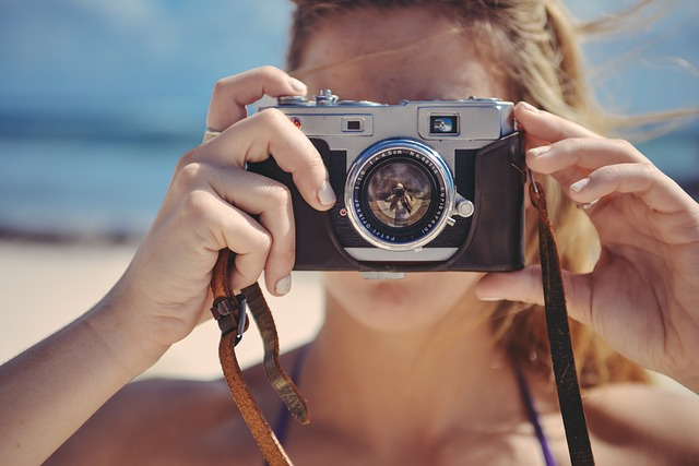クロスミーで使う写真を撮る女性