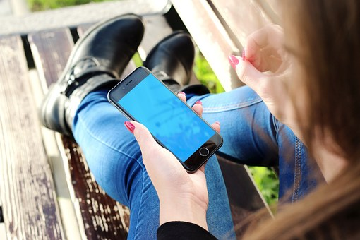 マッチングアプリを無料で使う女性