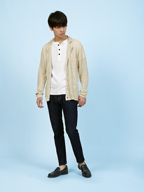 休日の30代男性のカジュアルな服装①