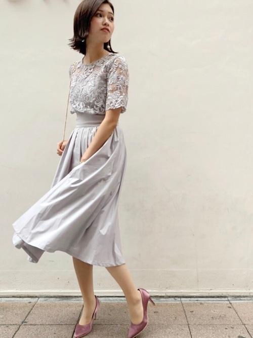休日の20代女性のフォーマルな服装③