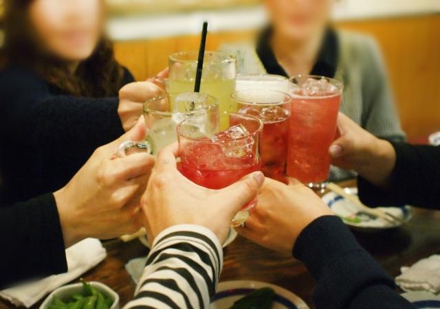 飲み会で好きな人に近づく方法