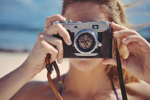 婚活で写真を使用する女性