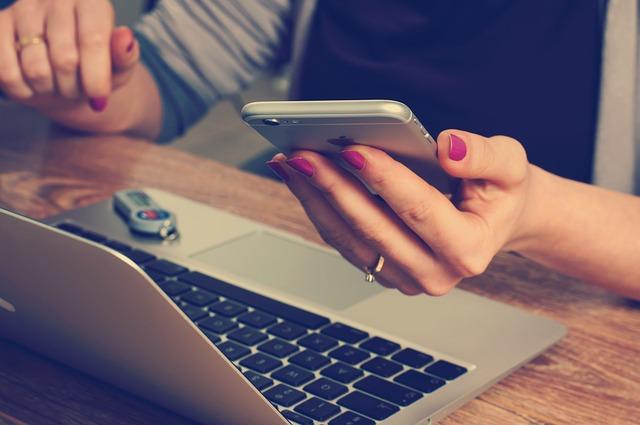 仕事が忙しい彼氏に頻繁にLINE・メールする女性