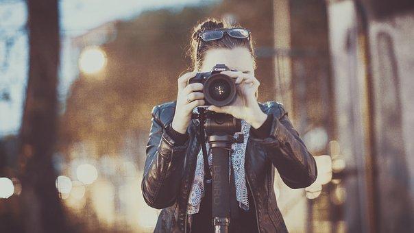 婚活で写真を撮影する女性