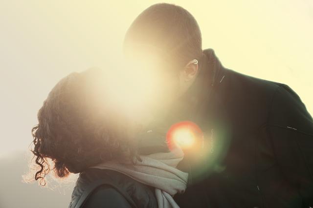 ドライブデートでキスしている男女