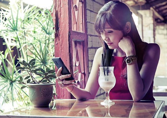 マッチングアプリを使う女性