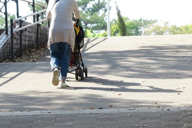 散歩するシングルマザー