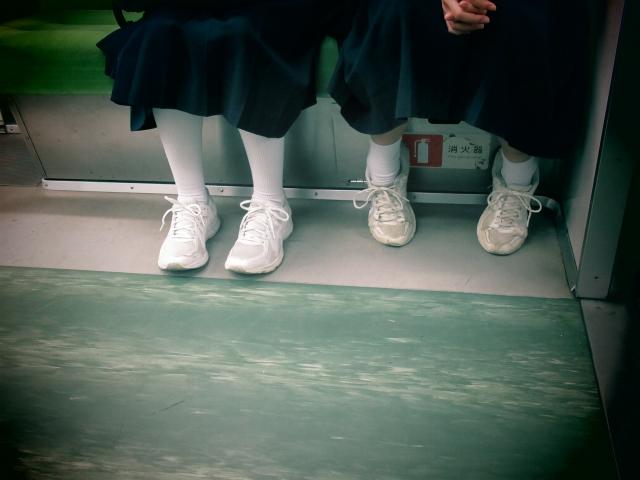 電車に乗る女子中学生