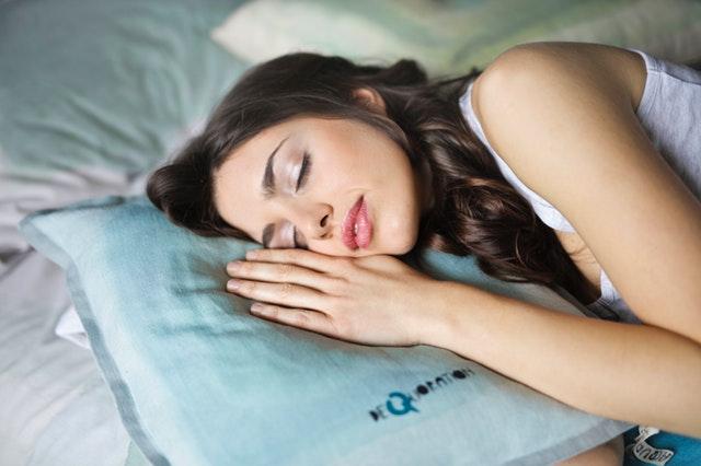気持ち良さそうに寝る女性