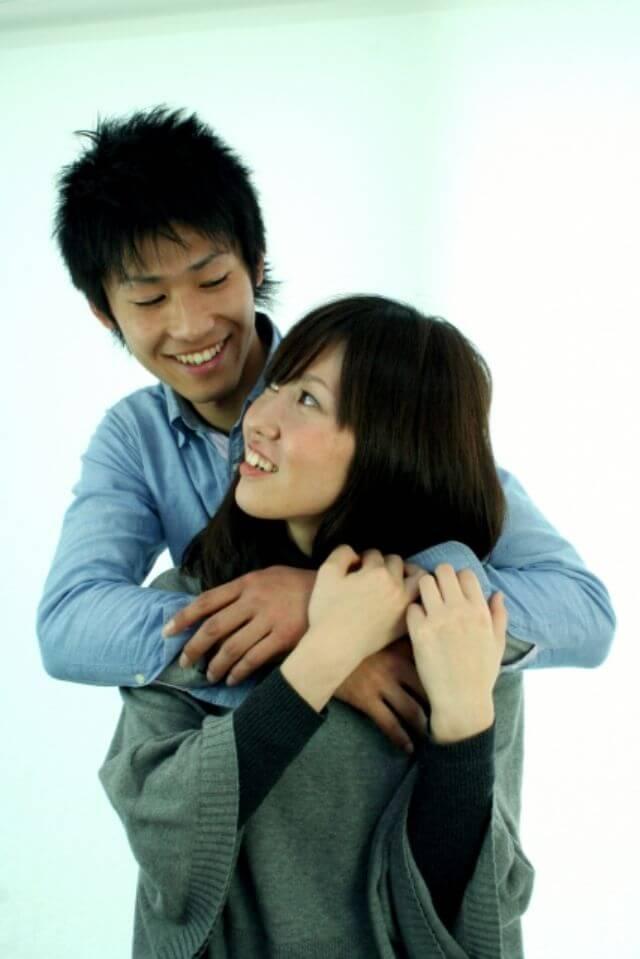 男性が女性を抱きしめる心理