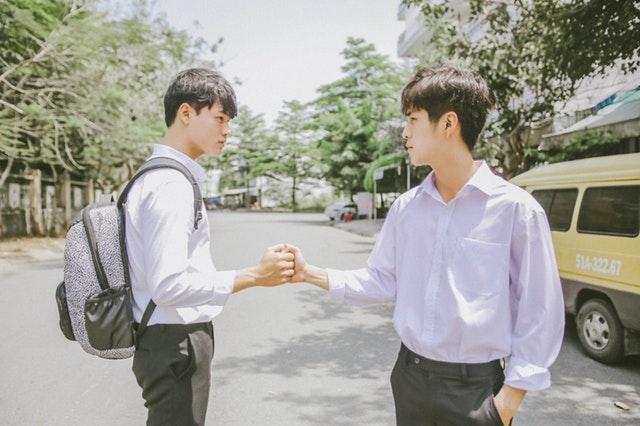 握手する学生