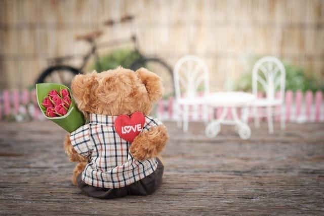 LOVEの熊のぬいぐるみ