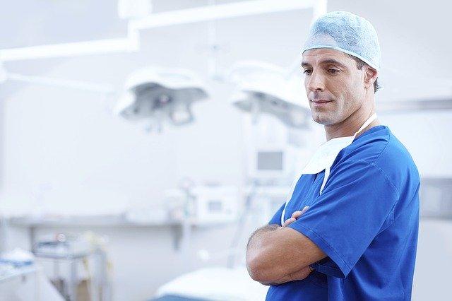 手術に臨む医者
