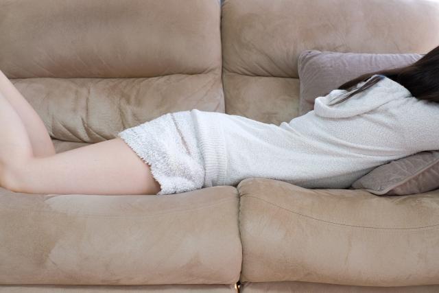 ソファーで横になる女性