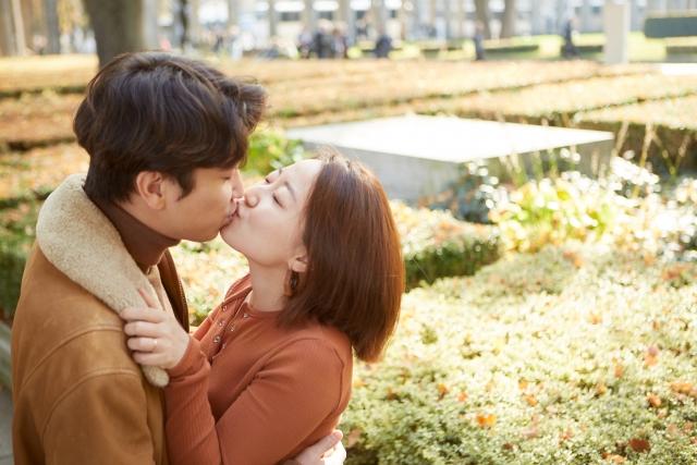 大胆にキスする男女
