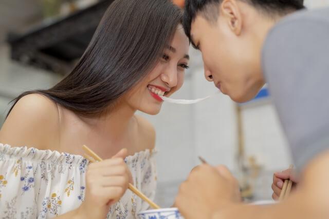 初デートを楽しむ大学生