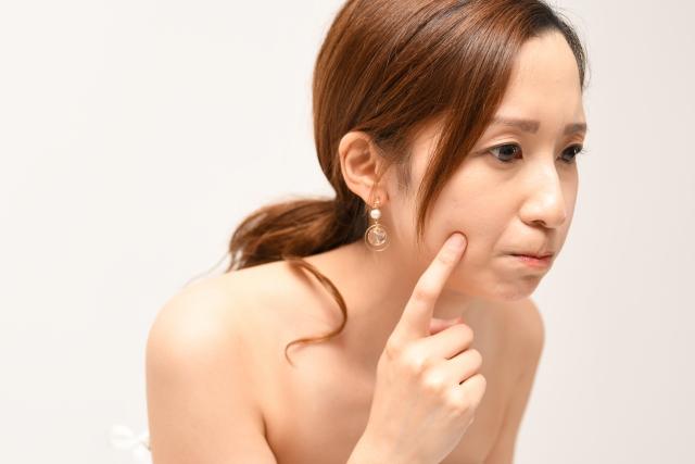 肌をチェックする女性