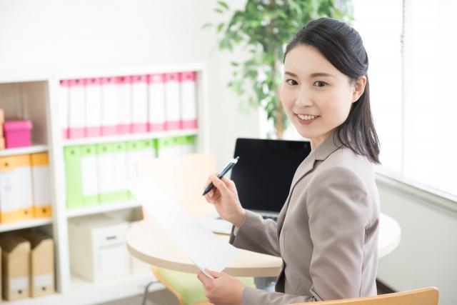 脈ありサインを職場で出す女性