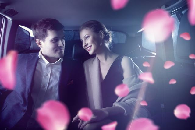 車の中でデートしている男女