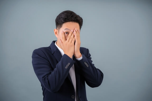 顔を覆う男性