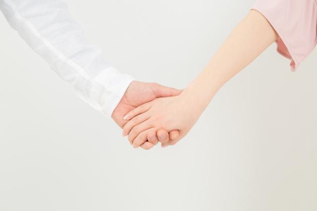 女性から手を繋いでいる