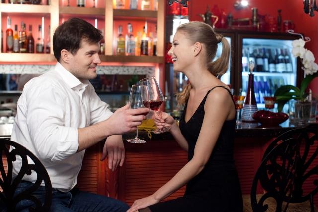 バーで談笑する男女