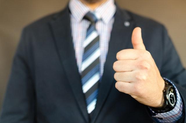 親指を立てる男性