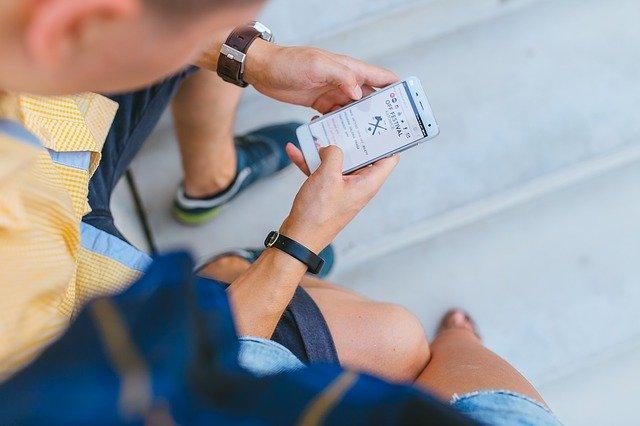 スマホアプリを解約する男性