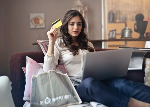 クレジットカードを使う女性
