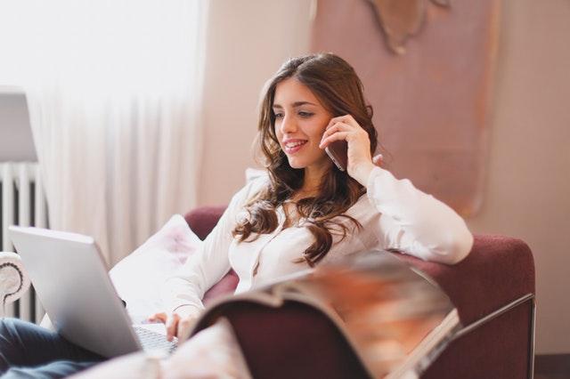 電話を楽しむ女性