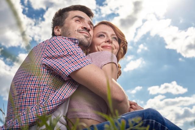 女性を強く抱きしめる男性