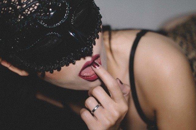 舌を使う女性