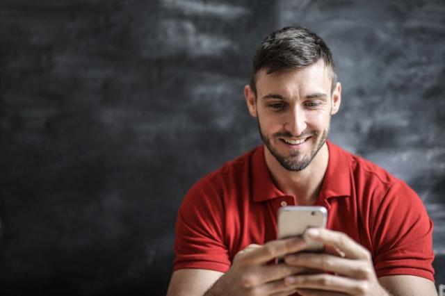 アプリを使う男性
