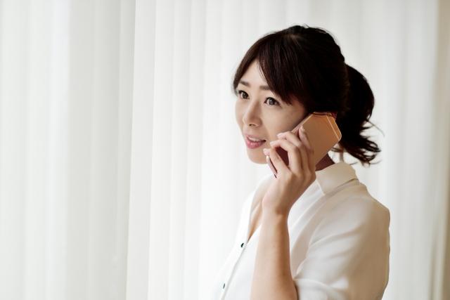 電話占いを利用する女性