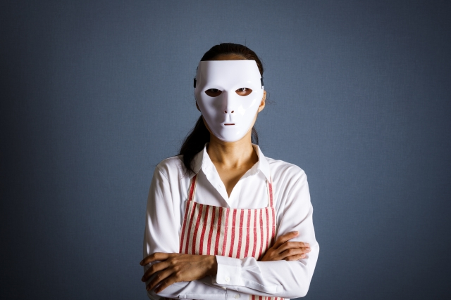 仮面をかぶる女性