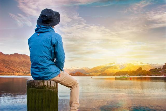 湖を眺めている男性
