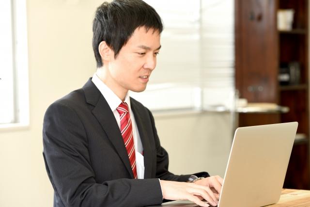 パソコンを使用している男性